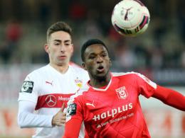 Halles Osayamen Osawe (re.) gegen Stuttgarts Stefan Peric.