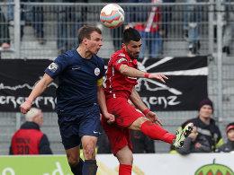 Brisantes Duell im Abstiegskampf: Rostocks Kapitän Jänicke gegen Cottbus' Cretu (re.).