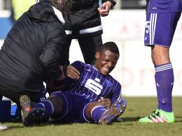Schmerzhaft: Francky Sembolo hat sich den Ellbogen gebrochen.