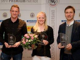 Fußballer des Jahres in Schleswig-Holstein: Rafael Kazior, hier mit Jana Leugers (Holstein Kiel) und Daniel Jurgeleit (v.l.), dem Trainer von Weiche Flensburg.
