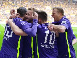 Jubeltraube: Aues Spieler feiern den Führungstreffer von Pascal Köpke.