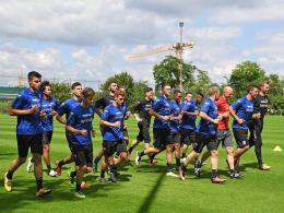 Die Spieler des FSV Frankfurt laufen sich warm beim Trainingsauftakt
