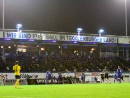 Die Haupttribüne des Lotteraner Stadions bei Flutlicht