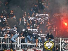Pyrotechnik aus dem Frankfurter Block w�hrend des Pokalspiels in Magdeburg.