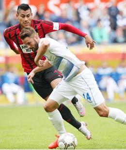 Abgesetzt: Duisburgs Tim Albutat, hier gegen den Chemnitzer Mario Rodriguez.