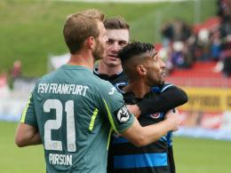 Provoziert: Ein aufgebrachter Shawn Barry (r.) wird von seinen Frankfurter Teamkollegen Sören Pirson (l.) und Steffen Schäfer zurückgehalten.