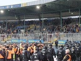 Chaos in Braunschweig: Fans stürmen Innenraum