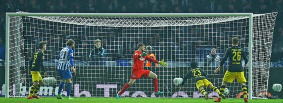Der Ausgleich im Berliner Olympiastadion: Dortmunds Shinji Kagawa (#23) köpft zum 1:1 ein.