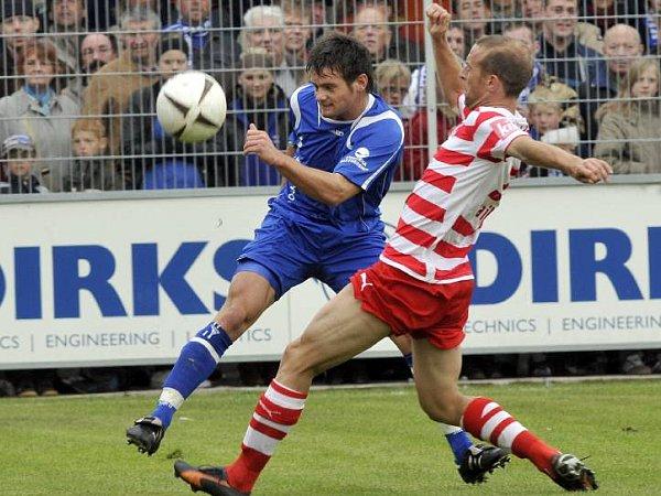 Einen Tick voraus: Emdens Sievers kommt vor Fortunas Cebe an den Ball.