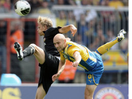 Hatten wie hier gegen Dynamo Dresden die Nase vorn: Braunschweig und Damir Vrancic.