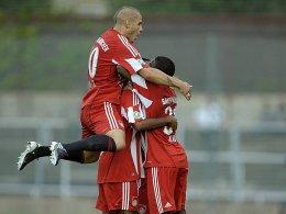 Yilmaz, Deul und Alaba (von links nach rechts / alle FCB II) bejubeln den 1:0-Führungstreffer