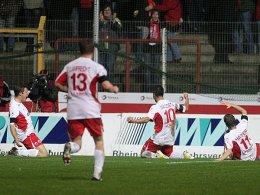 Schoss gleich zu Anfang zweimal scharf und ließ sich danach feiern: Da Costa wird von seinen Offenbacher Teamkollegen bejubelt.