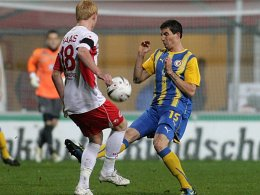 Enge Duelle: Offenbachs Haas und Braunschweigs Theuerkauf streiten um den Ballbesitz.