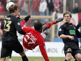 Jose Vunguidica (Kickers Offenbach), Kevin Wölk, und Maximilian Dahlhoff (rechts, RW Ahlen)