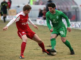 Ahlschwede (Offenbach) und Ayik (Werder II) im Zweikampf