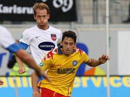 Heidenheims Schnatterer (hinten) und Karlsruhes Calhanoglu drückten dem Spiel ihren Stempel auf.