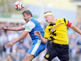 Im Abstiegskampf geht's hart zur Sache: BVB-Kapitän Marc Hornschuh mit Binde im Luftduell mit Rostocks Marcel Ziemer