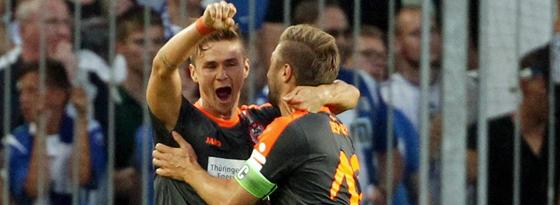 Mario Erb (li.) bejubelt mit Sebastian Tyrala seinen Treffer zum 1:0.