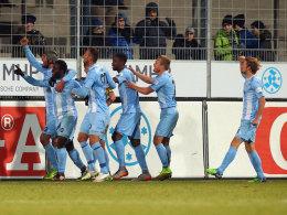 Jubel mit den jüngsten Anhängern: Die Stuttgarter Kickers um Torschütze Erich Berko (v.li.) feiern das 1:0.