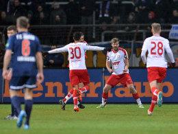 Ließ sich nach seinem 2:0 von den Kollegen feiern: Fortuna-Torjäger Marco Königs (Mitte).