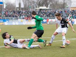 Aalens Kapitän Markus Schwabl im Zweikampf mit Münsters Mehmet Kara