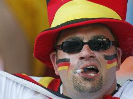 Ein Deutschland-Fan mit Zigarette