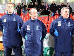 Aserbaidschans Trainer Berti Vogts (Mitte) mit Torwarttrainer Uli Stein (l.) und Co-Trainer Olaf Janßen (r.).