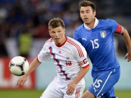 Hintendran: Italien, hier mit Andrea Barzagli (re.) gegen Andrey Arshavin, blamierte sich gegen Russland.