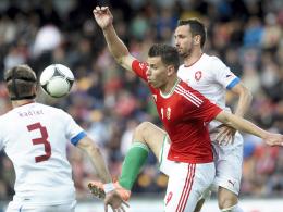 In der Zange: Ungarns Adam Szalai gegen die Tschechen Michal Kadlec und Tomas Sivok.