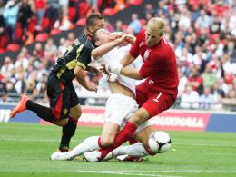 Das Aus: Belgiens Mertens (li.) schubst Englands Verteidiger Cahill übel gegen Torhüter Hart.