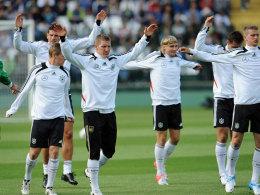 Endlich vereint: Beim öffentlichen Training in Danzig trainierten alle 23 Spieler mit, auch Bastian Schweinsteiger (3.v.l.).