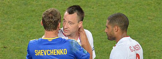 Andriy Shevchenko umarmt Englands John Terry