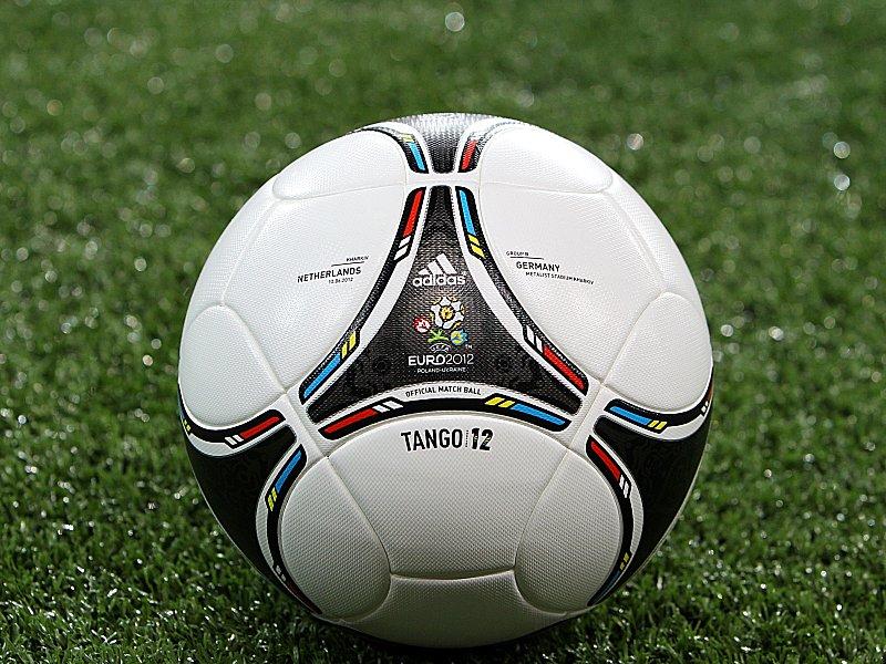 """Begehrtes Objekt: Der EM-Spielball """"Tango 12"""" von Adidas."""