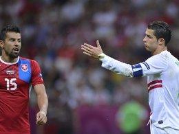 Der eine steigt aus, der andere macht weiter: Milan Baros und Cristiano Ronaldo (re.).