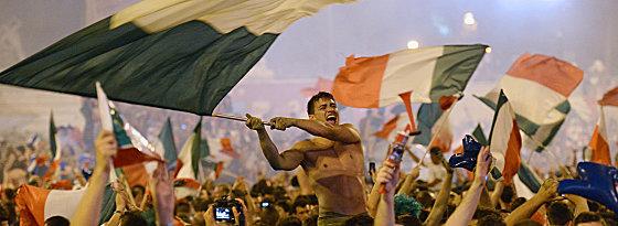 Ausgelassene Freude in Rom - Fans der Azzurri feiern ihre Mannschaft und den Finaleinzug.