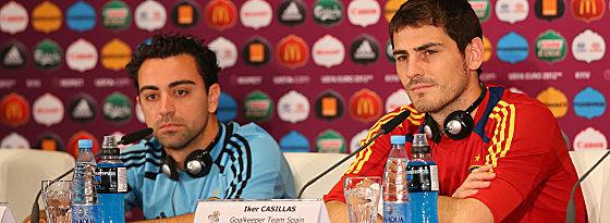 """Abschluss-PK in Kiew: Xavi neben seinem langjährigen Weggefährten in der """"Roja"""", Iker Casillas (re.)."""