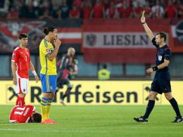 Sah nach einem Foul gegen Harnik letztlich doch Gelb: Für den Check gegen Alaba kam Zlatan Ibrahimovic aber ungeschoren davon.