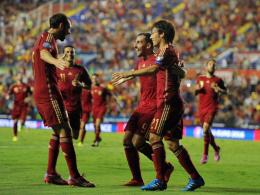 Paco Alcacer (Mi.) bejubelt mit Juanfran (li.) und David Silva sein Tor für Spanien.