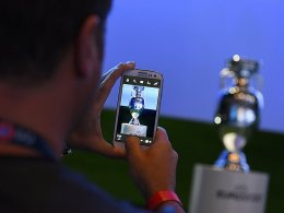 Der EM-Pokal im Fokus: 2020 f�llt die Entscheidung in London.
