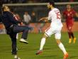 Unglaubliche Szenen: Mergim Mavraj verteidigt sich gegen einen aufs Feld gelaufenen Fan.