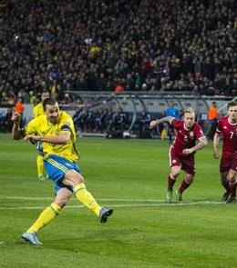 Ibrahimovic trifft vom Punkt zum 2:0. Doch die D�nen kamen noch heran.
