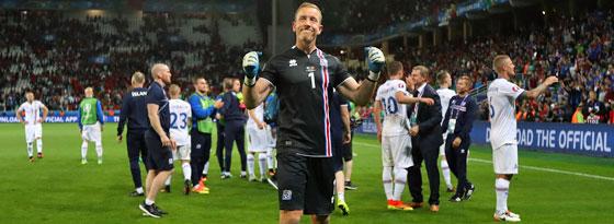 Islands Keeper Hannes Halldorsson ließ sich nach dem Schlusspfiff zurecht feiern.