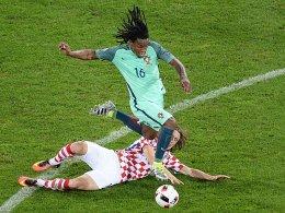 Ungest�m mit viel Potenzial: Portugals Renato Sanches, hier gegen den am Boden liegenden Luka Modric.