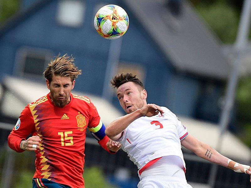Sergio Ramos gegen Viljormur Davidsen (re.)