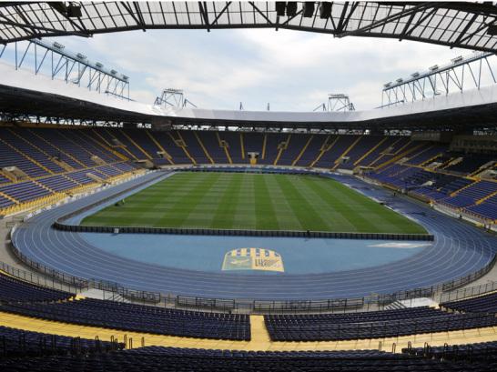 Stadion mit Tradition: Mit den Bauarbeiten wurde bereits 1925 begonnen. Keine Angst, an dem Stadion wurde nicht 87 Jahre lang gebaut, gespielt wird hier seit 1926. Doch mit Blick auf das gro�e Fu�ball-Event wurde das Metalist-Stadion nun zum vierten Mal renoviert. Jetzt bietet es Platz f�r 41.307 Fans, die sich schon auf die Partie Deutschland gegen die Niederlande freuen.