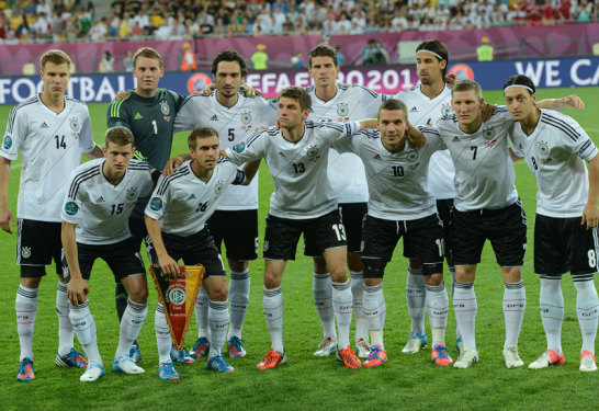 Die deutsche Mannschaft vor dem Spiel gegen die D�nen - es gab nur einem Ver�nderung, f�r den gelb-gesperrten Boateng spielte Lars Bender auf der rechten Abwehrseite.