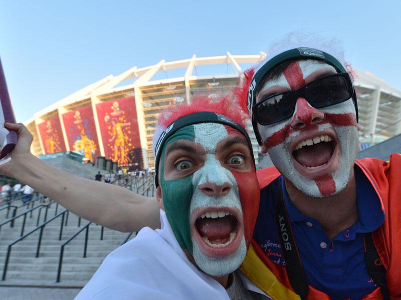 Ein italienischer und ein englischer Fan stimmen sich vor dem Spiel auf den Showdown ein.