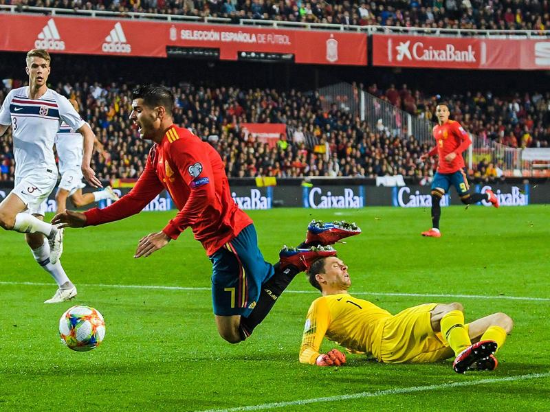 Schlüsselszene: Jarstein fällt Morata - Elfmeter für Spanien.