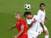 Eren Derdiyok (li.) gegen Bruno Alves