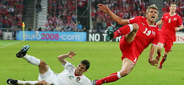 Paulo Ferreira (am Boden) gegen Valon Behrami